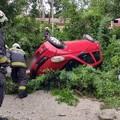 Ötméteres árokba zuhant egy autó a Dömörkapui úton