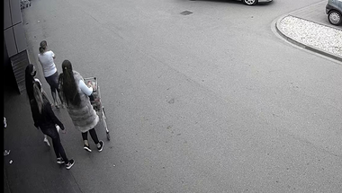 Megtömött bevásárlókocsikkal, fizetés nélkül távozott két nő egy szentendrei üzletből