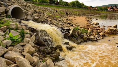 A DMRV szerint a sok eső miatt folyt szennyvíz a Dunába