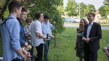 Zenekari kísérettel ünnepelték a Római sánc utca leaszfaltozását