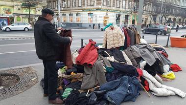 4e0d2f7483 Kabátokat gyűjtenek Szentendrén is, bárki elviheti őket