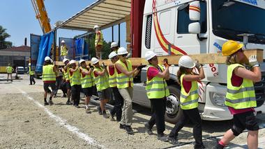 Több száz egyetemista építi fel a semmiből a jövő házait az ÉMI ipari parkjában