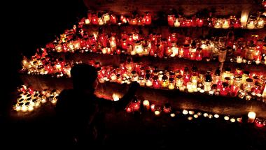 Gyertyagyújtással emlékeznek Szentendrén is a párizsi terrortámadás áldozataira