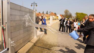 Átadták az ország első mobilgátját Szentendrén