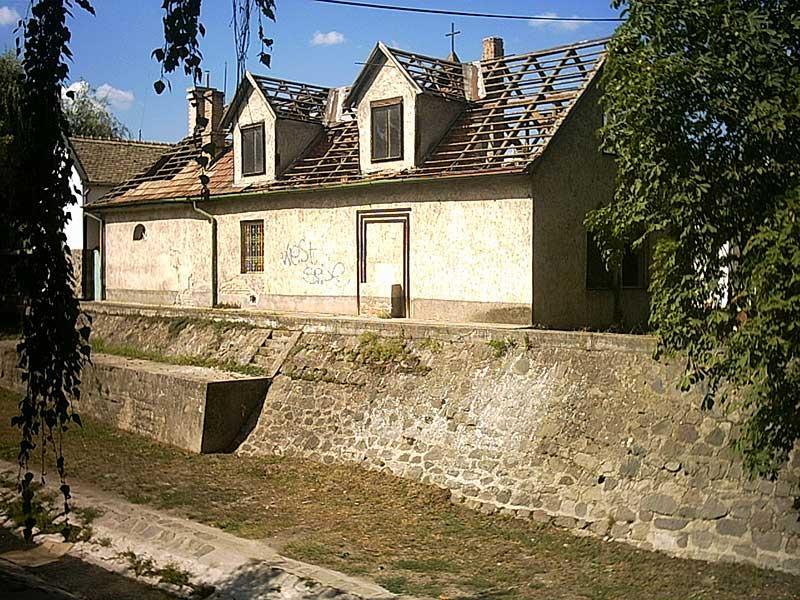 A jelenlegi templom helyén álló egykori épület / Fotó: Építészfórum
