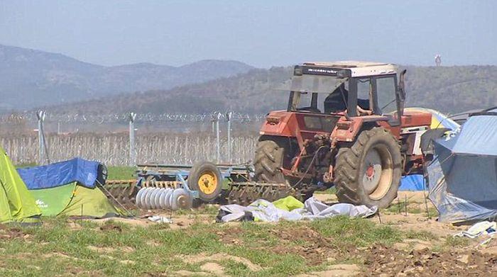 Egy görög farmer felszántotta a szíriai migránsok táborát