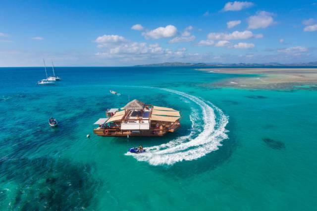 Megszomjaztál, vagy megéheztél szörfözés közben? Fidzsi úszó bárjában pizzát is rendelhetsz!