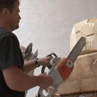 A művész, aki láncfűrészt használ a faszobrászathoz