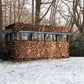 Paranoid lak: tüzifa rakásnak álcázott modern kunyhó Hollandiából