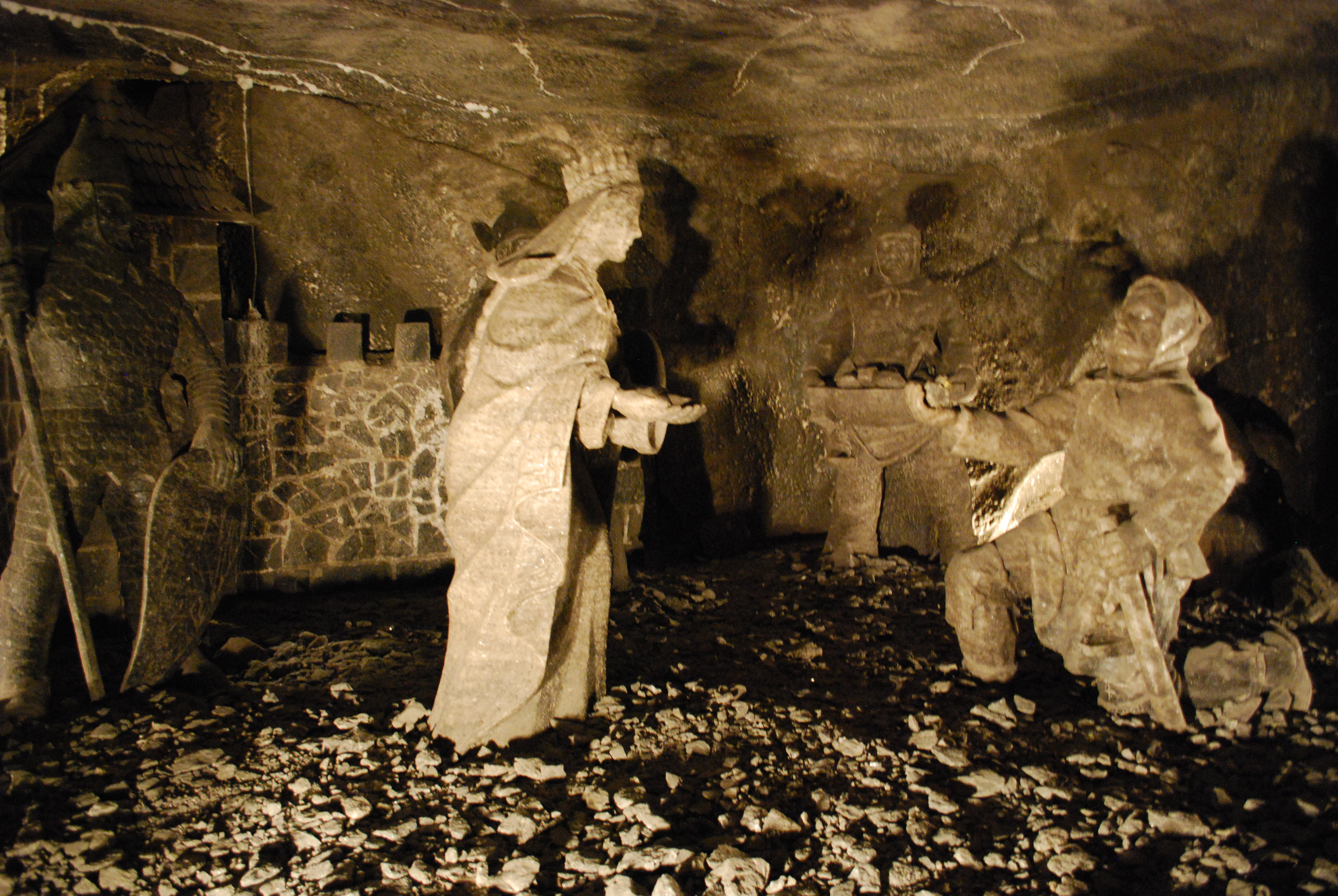 ...és természetesen Szent Kinga is kapott egy szép szobrot a bányákban.