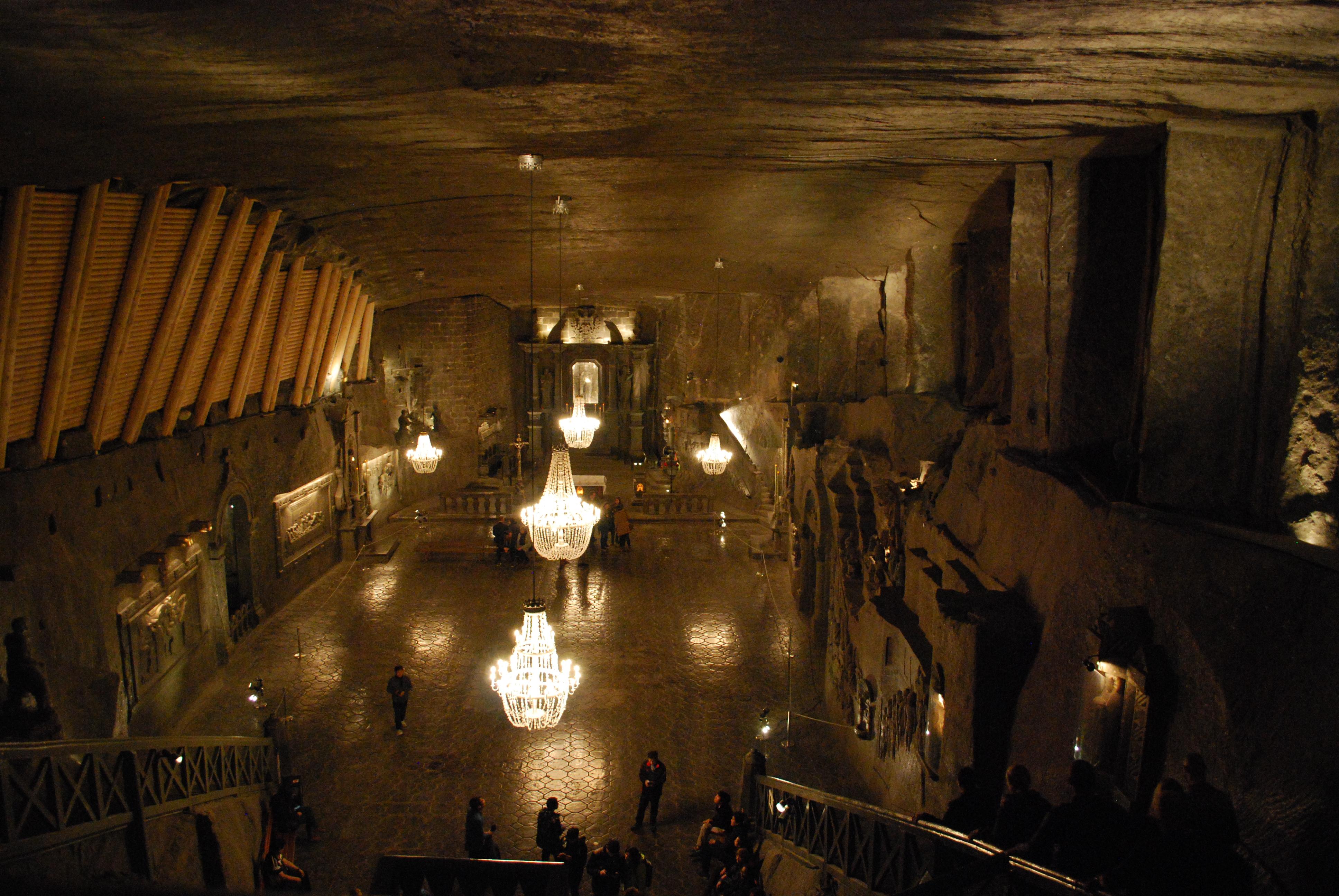 A sóbánya leghíresebb (és persze Szent Kinga nevét viselő) kápolnája, ahol a járólapoktól kezdve a falakat díszítő domborműveken át a csillárszemekig minden kősóból készült.