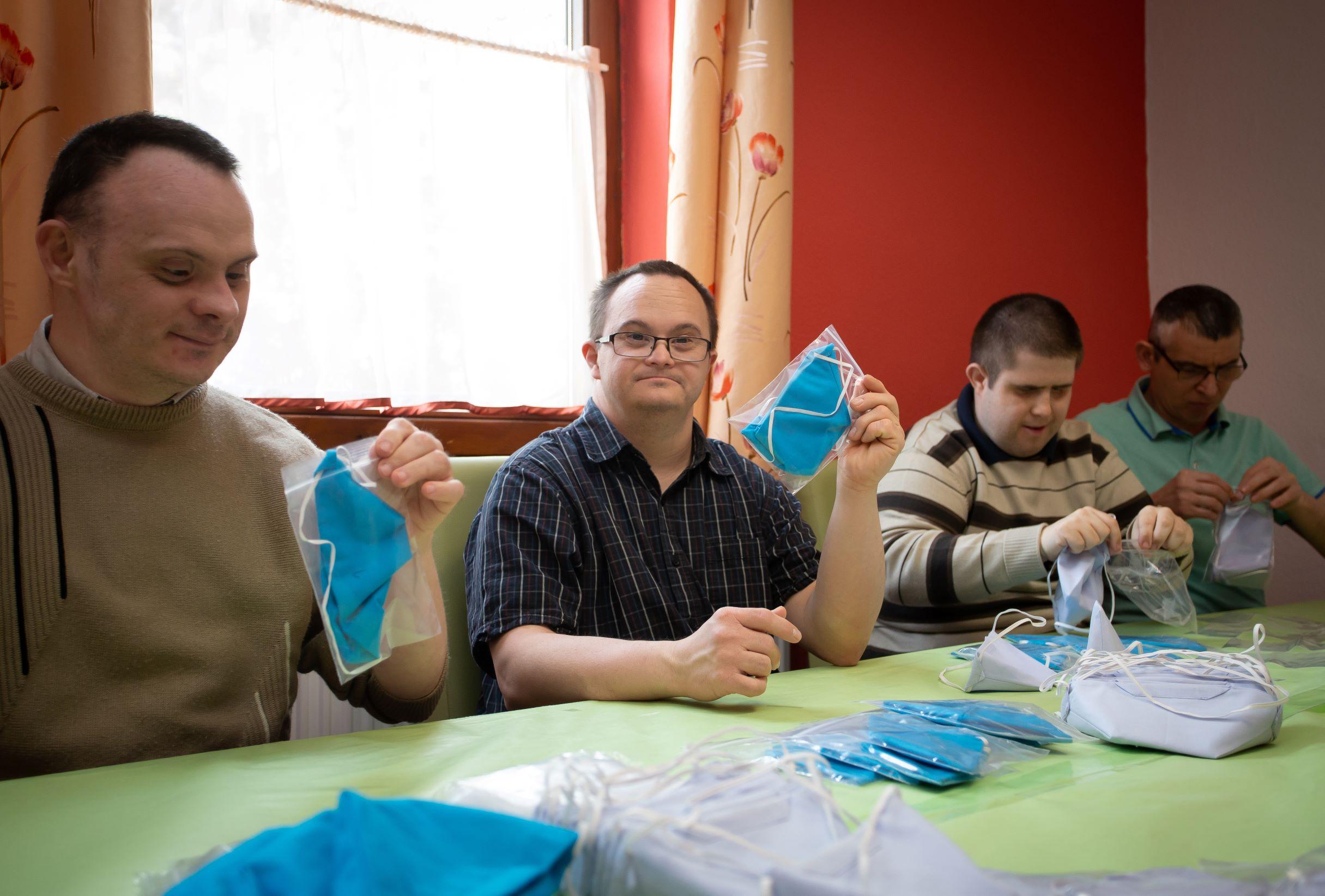 Készülnek azEPAM GENTL maszkok a a Fény Felé Alapítvány varrodájában