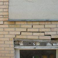 Letépte a ház homlokzatburkolatát…