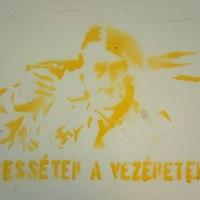 Antináci graffiti a garázsfalon