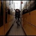 Őrült bringázás a budapesti villamosok között