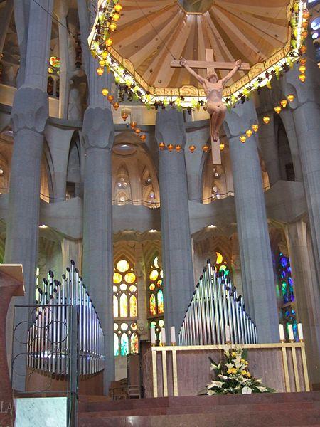 Altar_de_la_bas%C3%ADlica_de_la_Sagrada_Fam%C3%ADlia.jpg