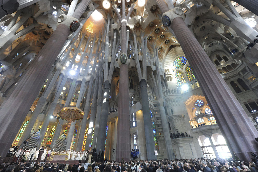The_interior_of_the_Sagrada_Familia.jpg