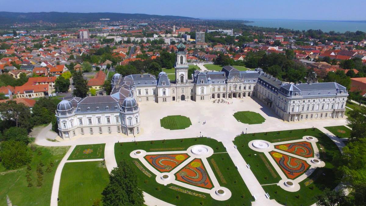keszthelyi-festetics-kastely-muzeum-latnivalo-dron-csodalatosbalaton.jpg