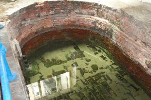 Római fűrdő felszivárgó vízzel, / Strand Lane, London, 68