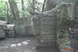 """""""Mű"""" romok egy erdőben, /Sydenham Hill Wood (Folly), London, 21"""