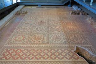 Egy római ház épen maradt mozaik padlózata és padlófűtése / Verulamium, St.Albans, UK, 87