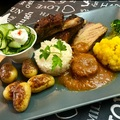 Ragacsos oldalas, natúr sült, rizs,új krumpli, sárga karfiol, brokkoli, uborka saláta