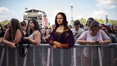 Imádják a netezők a fesztiválozó Mona Lisat! Márton klasszikusokkal trükközött! #értékesötletek