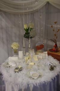 2821f27a7c Az igazi showelem a 2010-es Esküvő Kiállításon a tollas asztal volt, ami  Mindenkiből kiváltott valami különleges reakciót.