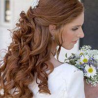 Félig feltűzött esküvői frizurák