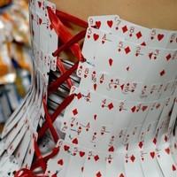 Menyecske ruha kártyákból