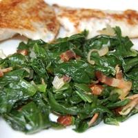 Medvehagyma saláta melegen, szalonnával