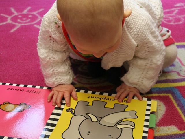 Hogyan, és mikor kezdjük el gyermekünknek a mesemondást?