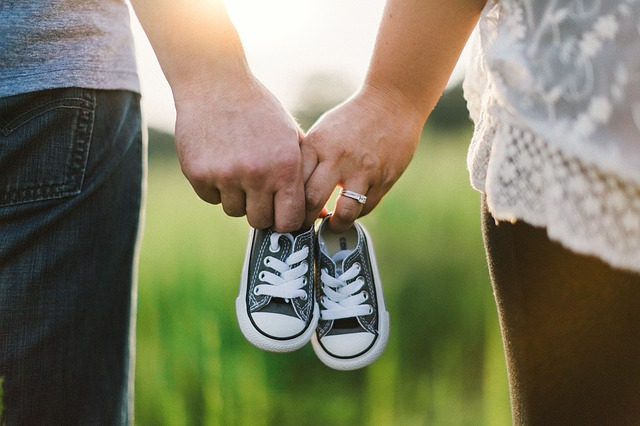 holding-hands-918990_640.jpg