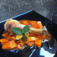 Sült csirkecomb bazsalikomos-paradicsomos párolt zöldségekkel