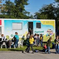 OTP Bank Fogászati Roadshow - A helyes fogápolás fontossága.  2019-ben 4225 magyarországi iskolás és óvodás gyermek fogait vizsgálták az NGYSZ önkéntes fogorvosai