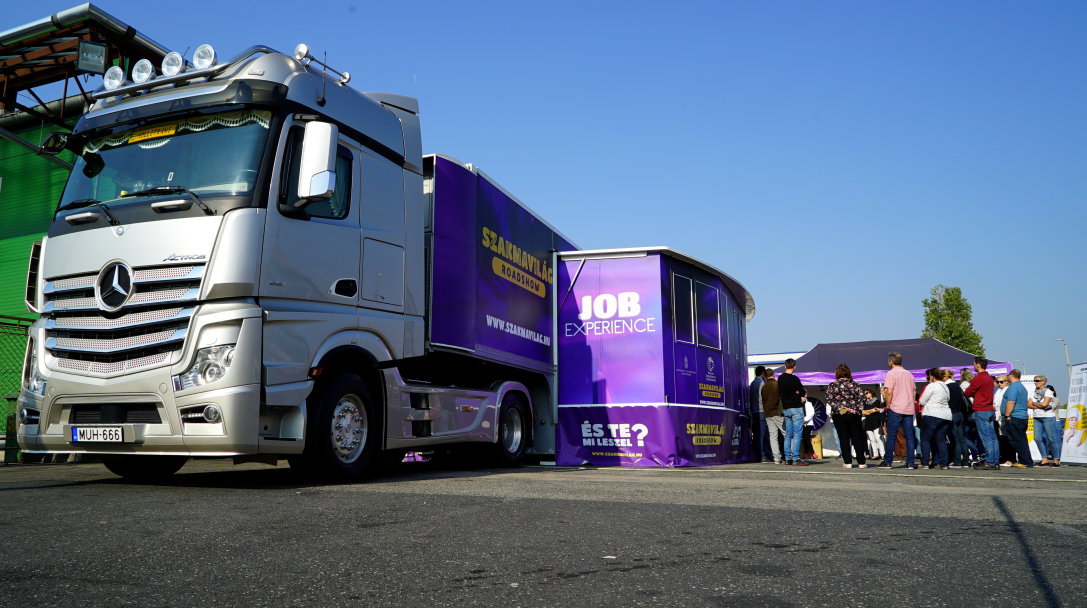 092a29d70d Országos roadshow keretében huszonöt városba látogat el a Szakmavilág  hatalmas kamionja, amelyben VR aktivitás és tanácsadók várják a  pályaválasztás előtt ...