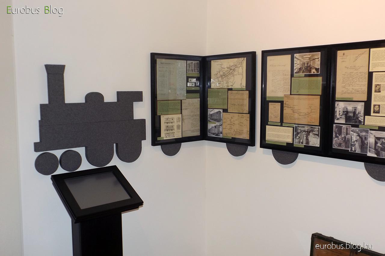 Mozgóposta kiállítás a Postamúzeumban. A baloldali tablósor kezdete a teremben.