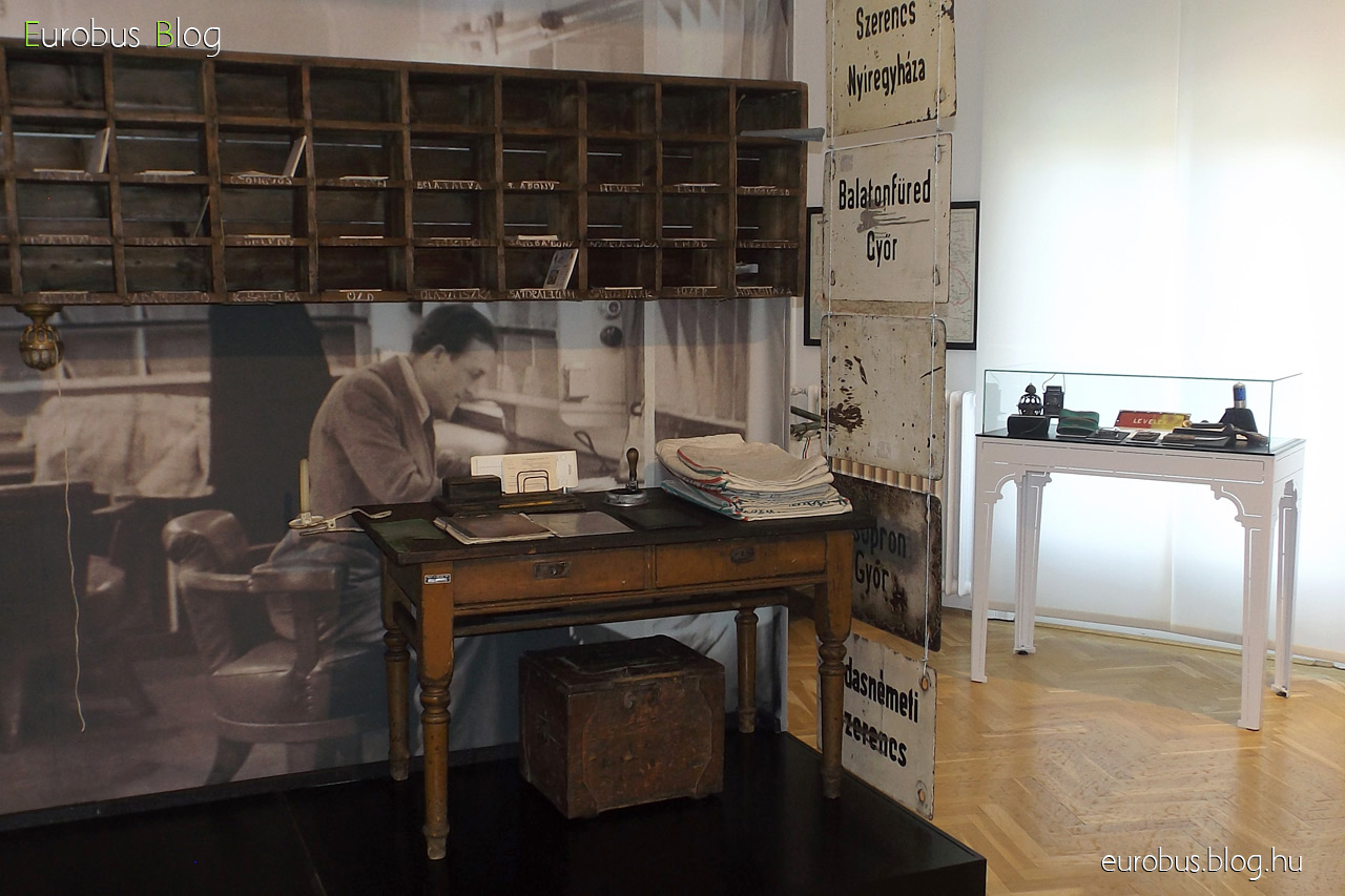 Mozgóposta kiállítás a Postamúzeumban. A berendezett mozgópostakocsi imitáció a terem közepén.