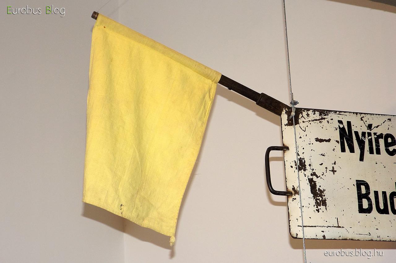 Postakezelést jelző sárga zászló, melyet a kocsi oldalára tűztek ki a be- és kirakodás idejére.