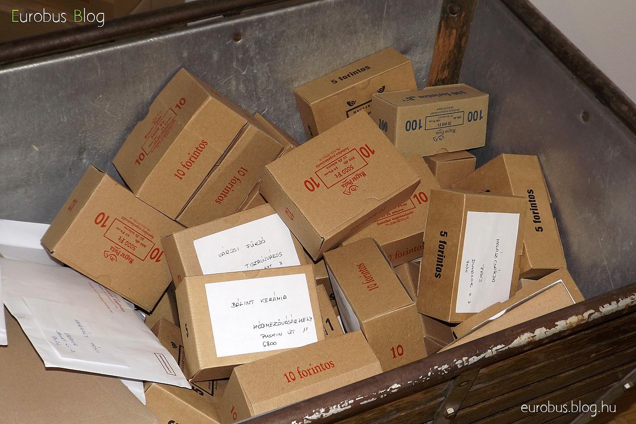 Dobozlevél kreálmányok, a pénzellátmány rolnijainak csomagolására való dobozkák felhasználásával.