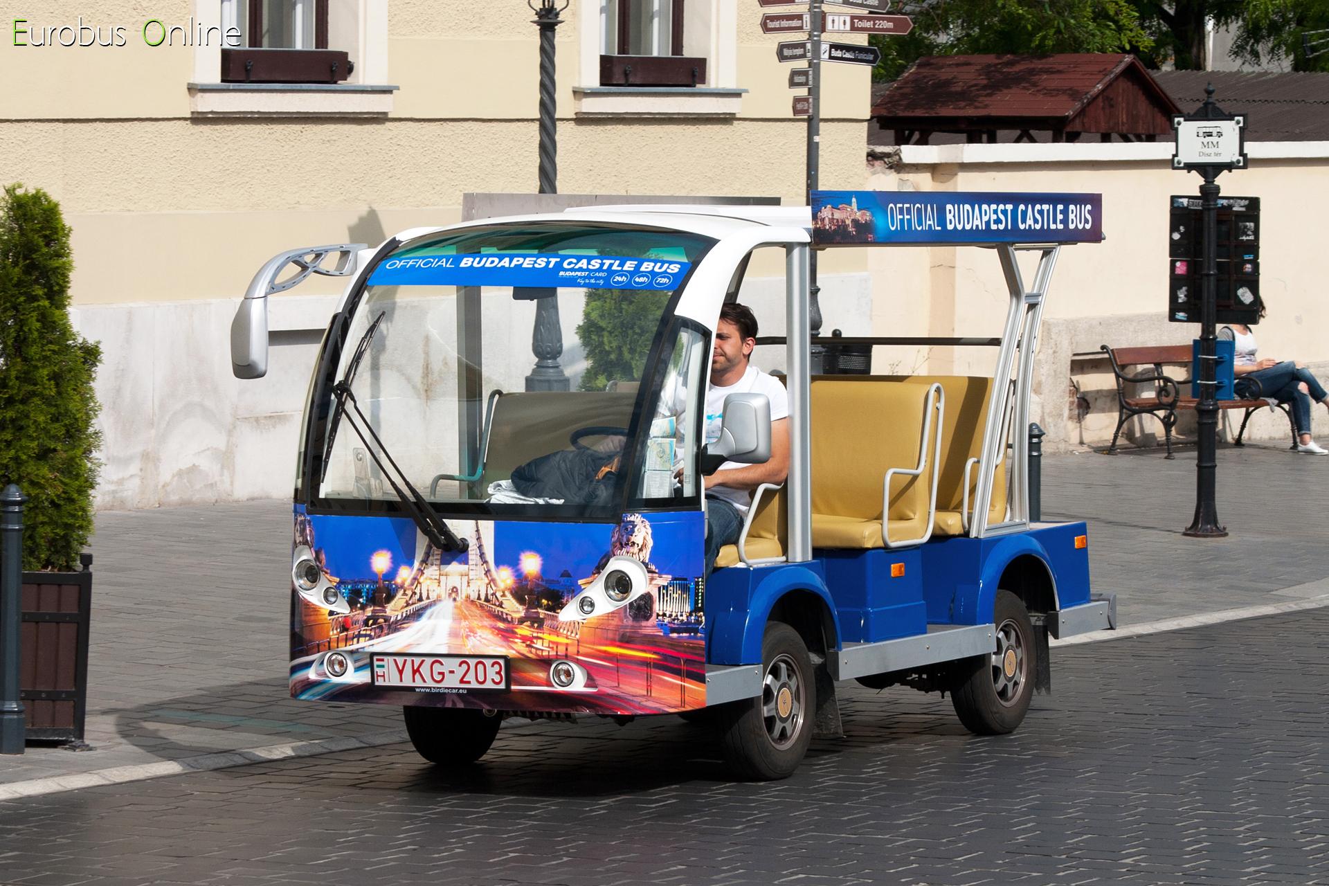 Fent a Dísz téren, még a kezdetekben az egyetlen 8 személyes kocsi az YKG-203.