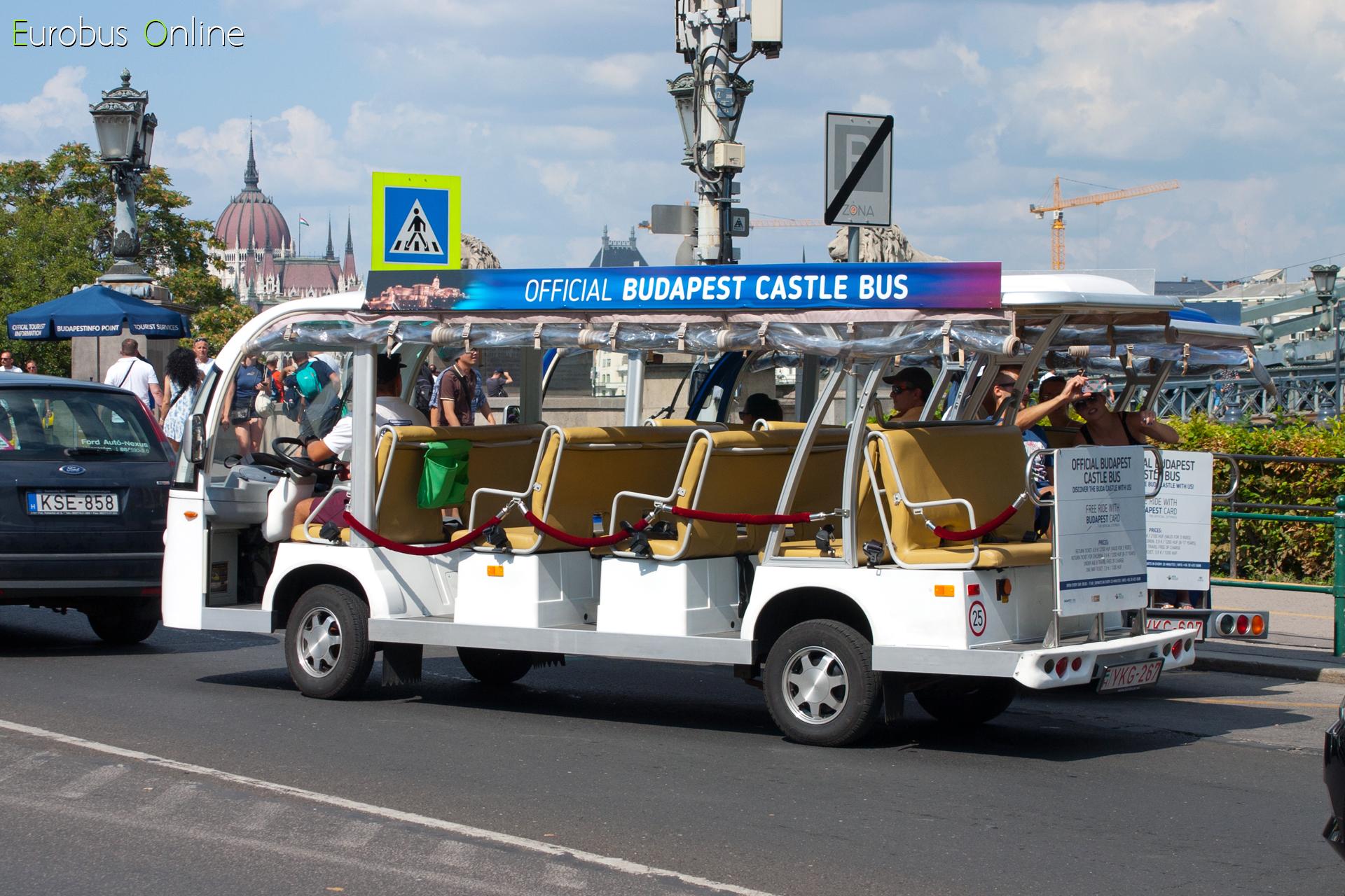 A másik fehér kocsi indul a Budai Vár felé a clark ádám téri indulóhelyről, az egykori 86-os busz Óbuda irányú megállójából.