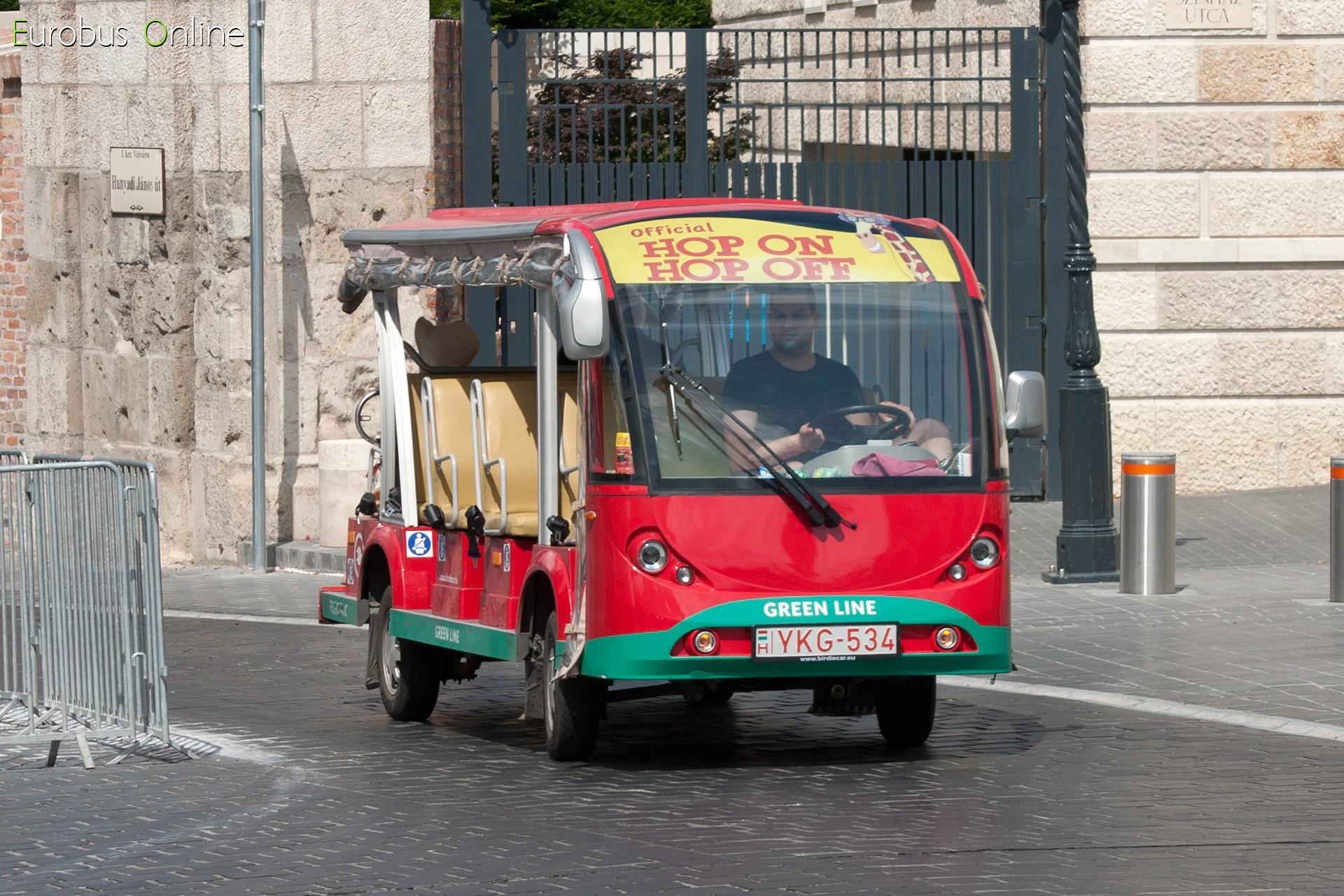 Az Official Giraffe Hop on Hop off jellezetes piros szinét viselő flotta, az YKG-534 kanyarodik be a Dísz térre.
