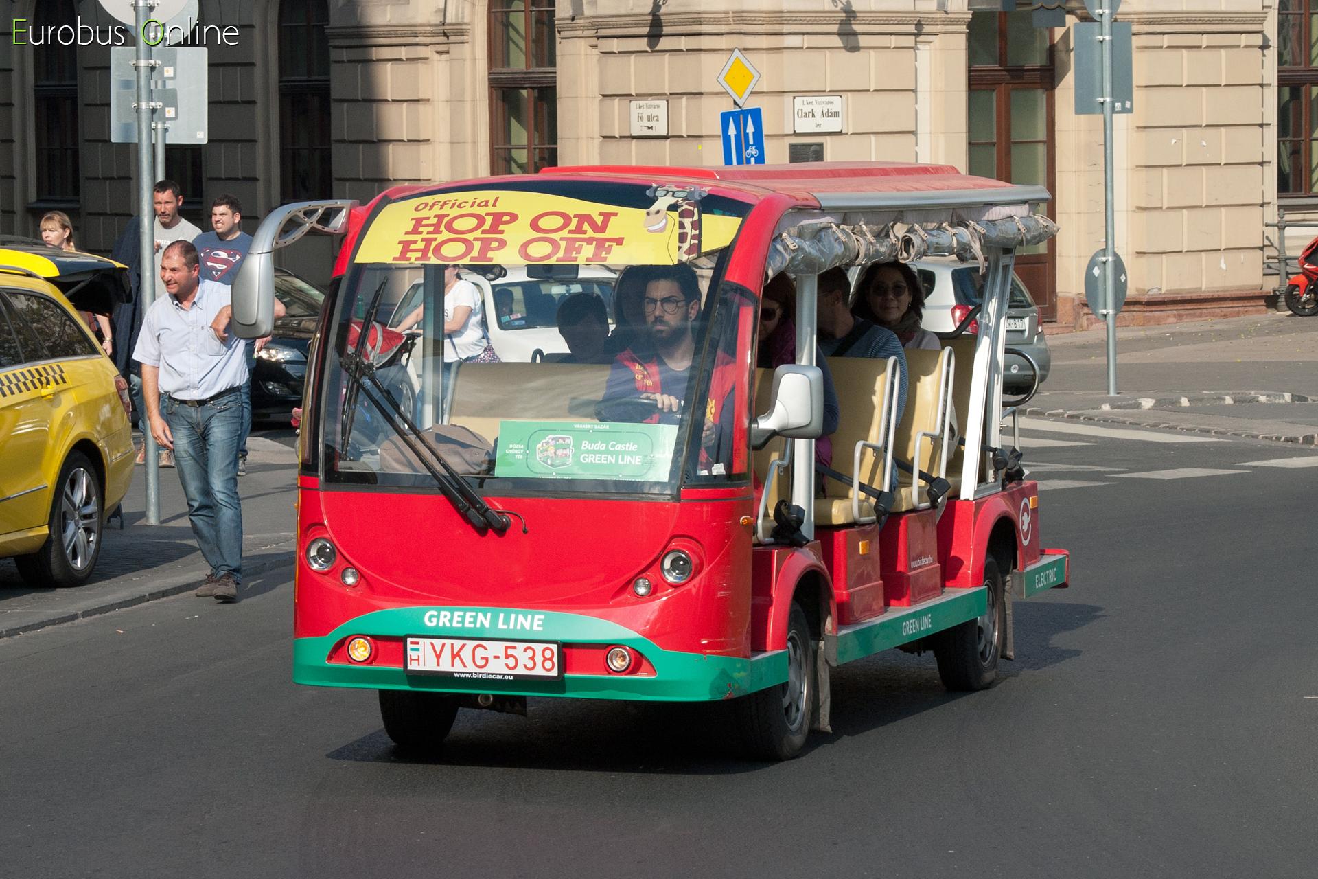 A pesti és budai vonalak közt cserélve voltak a kocsik, az YKG-538 a Clak Ádám tér körforgalmában, a Budai Vár felé haladva.