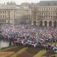 Sokak színes esernyője