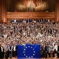 Frissdiplomásoknak: ismerd meg az EU működését fizetett gyakornokként!