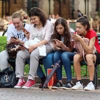 Franciaországban az új tanévtől betiltják a mobiltelefonokat az iskolákban