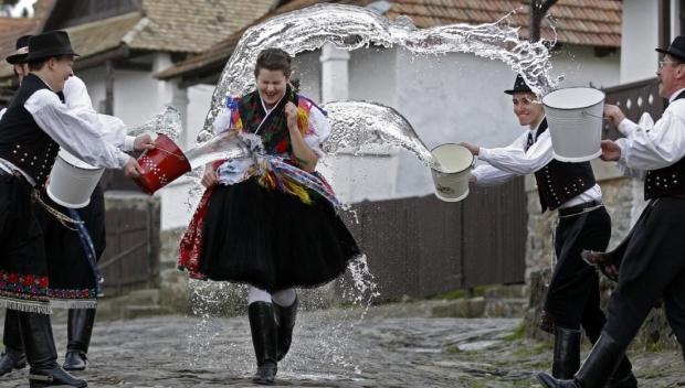 Locsolás: magyar húsvéti hagyomány. Húsvéthétfőn hajnaltól kezdve a fiúk kútvízzel, vagy napjainkban illatos kölnivel locsolják meg az ismerős lányokat.