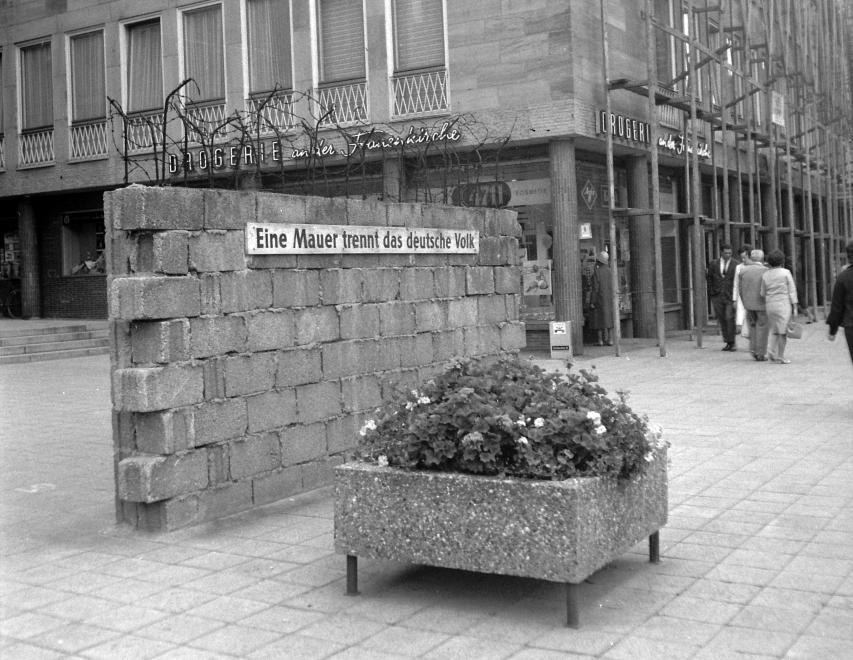 1966. Németország, Nürnberg Főtér, a Berlini Fal emlékműve.<br />FORTEPAN / adományozó: Gyöngyi