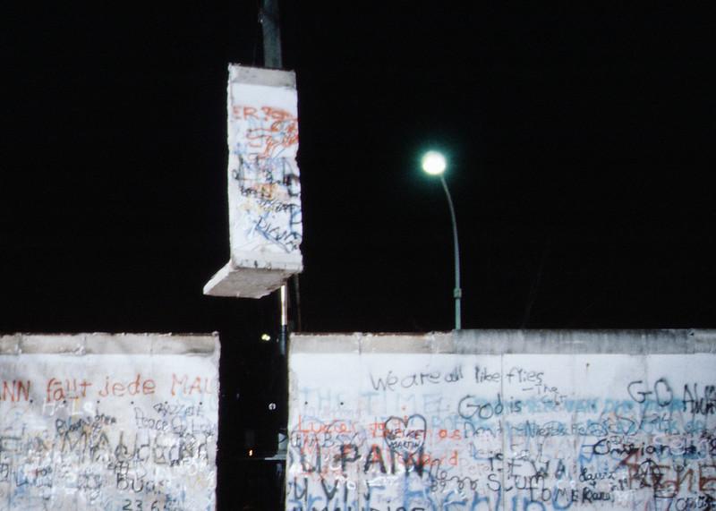 Gépekkel bontják a falat 1989 novemberében (forrás)